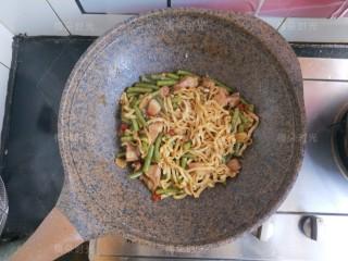 豆角焖面,加少许醋,鸡精,翻拌均匀。即可出锅。