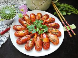 蒜泥小龙虾,装盘拍上成品图,一道美味的蒜泥小龙虾就完成了,自己做的干净又美味哦。