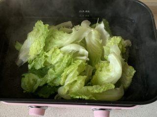 蚝油生菜,开水中加一点点盐,把生菜烫几秒