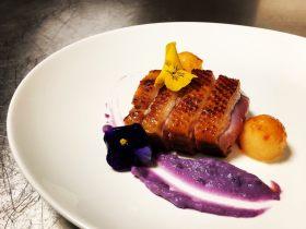 炭烤鸭胸配奶香紫薯汁焦糖哈密瓜