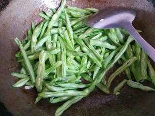四季豆炒肉丝,放入四季豆,翻炒