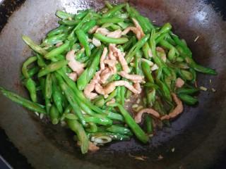 四季豆炒肉丝,大火翻炒均匀关火出锅