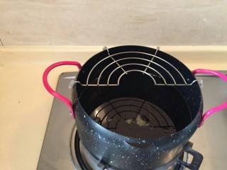 酸甜荔枝里脊肉,油温烧至七成热。