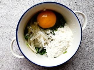 生菜小银鱼蛋饼,切碎的生菜,浸泡好的小银鱼,鸡蛋和面粉倒入一个碗内