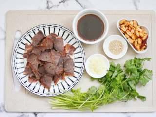 香菜拌牛肉,准备好材料,牛腱肉切片,香菜洗净待用,大蒜切末。