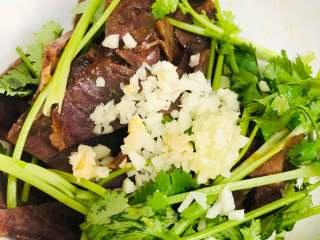 香菜拌牛肉,将牛肉,香菜段,大蒜,白芝麻,调味汁混合拌均匀