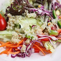 藜麦田园蔬菜沙拉,蔬菜摆盘,放上煮好的藜麦,按自己口味添加沙拉酱就好!
