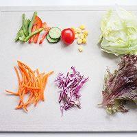 藜麦田园蔬菜沙拉,煮藜麦的同时处理蔬菜,注意生菜洗干净以后需要用厨房用纸吸干水分哦!其他蔬菜按照喜欢可以适当过水焯一下。