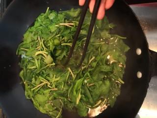 凉拌马兰香干,用筷子划拨,使马兰汆烫均匀