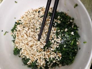凉拌马兰香干,用筷子,搅拌均匀