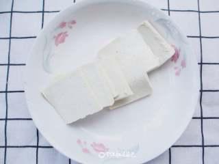 番茄金针菇豆腐汤,豆腐切小块