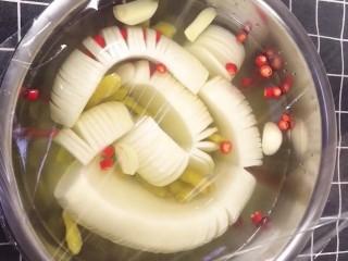 泡椒白萝卜,盖上保鲜膜放入冰箱冷藏一夜就可以吃了