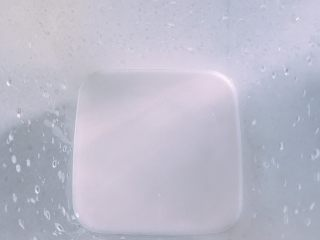 家庭自制凉皮,另外准备一个大碗或者像我这种保鲜盒,把洗过的水倒入盒里
