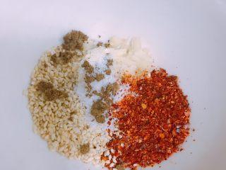 家庭自制凉皮,小碗里放入适量辣椒面、白芝麻、蒜蓉、盐、花椒粉