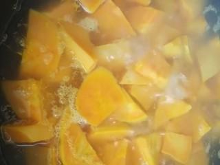 拔丝地瓜,水开下锅煮两分钟