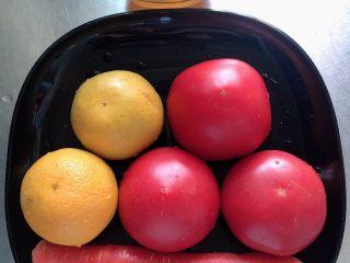 维生素能量特饮(清肠排毒),准备好食材。西红柿、水果胡萝卜、橙子、蜂蜜,乳酸菌饮料。
