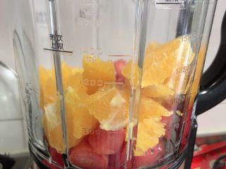 维生素能量特饮(清肠排毒),将食材都放入破壁机中。