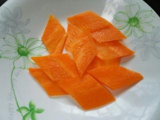 木须肉,胡萝卜切成菱形片状