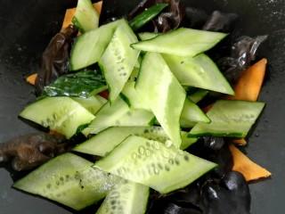 木须肉,炒一会之后放入黄瓜片