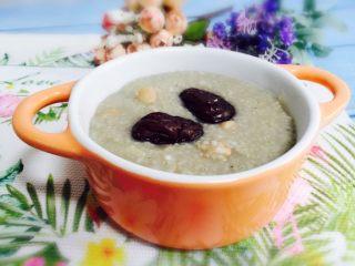 红枣花生黑小米粥,盛入器皿中