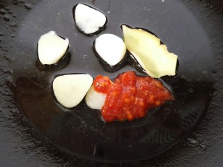 肉末茄子,放少许油将蒜片煸炒香,放入小许蒜蓉辣酱