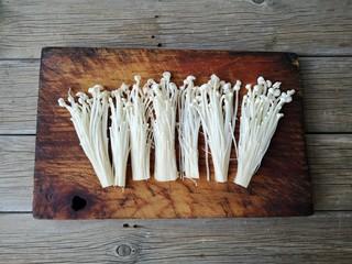椒盐金针菇,金针菇洗净切去根,分成几簇。