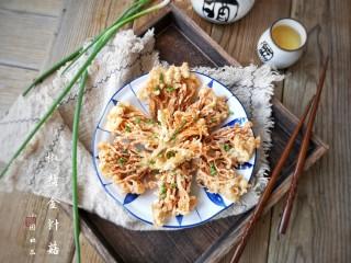 椒盐金针菇,喜欢吃辣的朋友们还可以趁热撒点辣椒粉。