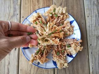 椒盐金针菇,将酥脆的椒盐金针菇摆盘,撒上葱花。
