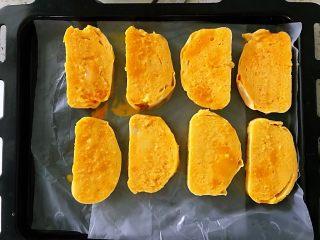 蒜香馒头片,馒头片夹出来放在烤盘中,挨个挨个把所有的馒头片儿都粘上蛋,一样都放入烤盘里。