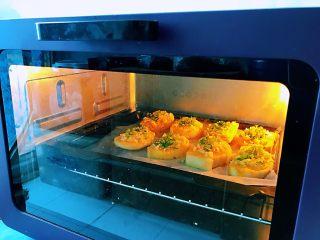 蒜香馒头片,把烤盘放入预热好的烤箱当中,上下火,180度烤30分钟。考的时间可以按照自家的烤箱来调节温度以及长短。