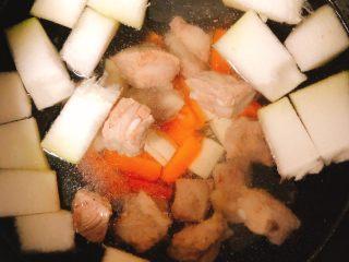 冬瓜山药排骨汤,加入焯好水的小排。智能电饭锅设置煲汤功能,我家这个是设置的2个小时。这个时候我们就可以去做点工作或者练练健身啦!