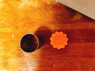 冬瓜山药排骨汤,胡萝卜分两部分做,一部分用模具压成型