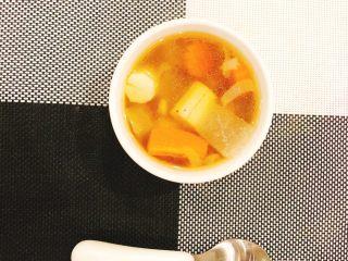 冬瓜山药排骨汤,把汤用一个漂亮的碗装起来。一碗清爽鲜美的冬瓜山药排骨汤就完成啦!