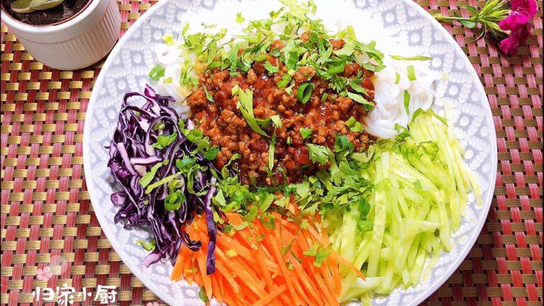 炸酱拌蔬菜米线