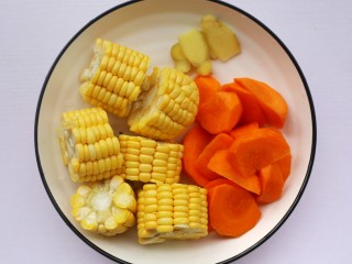香菇玉米胡萝卜排骨汤,胡萝卜去皮切滚刀块,玉米切断,姜去皮切片。