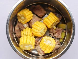 香菇玉米胡萝卜排骨汤,加上玉米。