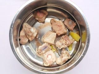 香菇玉米胡萝卜排骨汤,排骨连同姜片一起放入锅中。