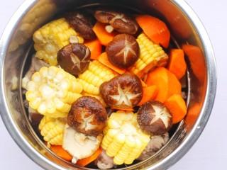香菇玉米胡萝卜排骨汤,香菇。