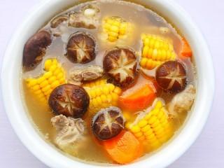 香菇玉米胡萝卜排骨汤,出锅前撒盐。
