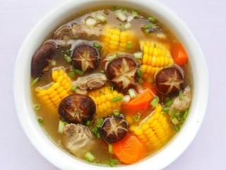 香菇玉米胡萝卜排骨汤,撒上葱花即可。