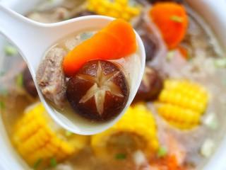 香菇玉米胡萝卜排骨汤,来喝一口。
