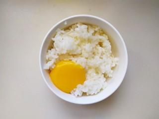 米菜饼,取一小碗米饭打入鸡蛋