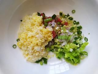 米菜饼,把米饭蔬菜丁倒入同一个容器中