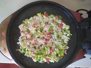 米菜饼,将搅拌均匀的米饭倒入,平铺均匀,盖好上盖,五分钟左右就好啦