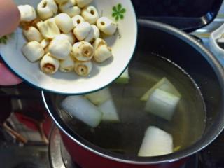 冬瓜莲子肉片汤,锅中先以薑丝煮冬瓜及泡好的莲子,因猪肉片比较清淡,汤底可加点高汤。