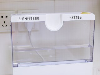 虫草花蒸鸡腿,往臻米蒸汽料理机的水箱中加入适量的纯净水,不要低于最低或高于最高水位线。