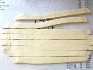 手撕金砖吐司,之后用刀均分成8等份,均分的时候一定要量好,宽度要相同