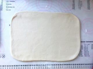手撕金砖吐司,黄油片冻硬后,跟面片一起取出