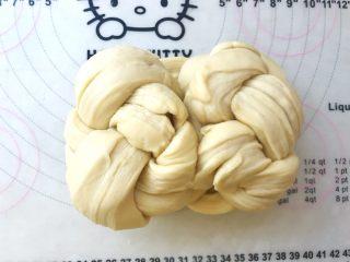 手撕金砖吐司,将编好的辫子翻个面,将两侧向中间对折,对折处捏在一起