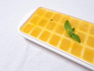续命香芒百香果冰格吃法,取一冰格,每个冰格倒入1/2的果酱,再倒入1/2的矿泉水,搅拌均匀后放入冰箱冷冻,冷冻后取出就是这样啦